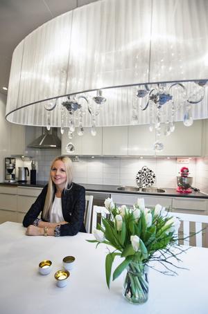"""Vackert med vitt. """"Jag älskar rosa"""", säger Jenny Wikman om den läppstiftsskära hushålls-assistenten i köket. Förutom rosa är det vitt och grått som gäller för Jenny.  Foto: Tony Persson"""