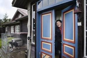 Eva Bernestål öppnar dörren till sitt eget mejeri i Rengsjö.