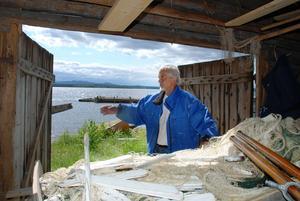 Henry Johansson med sin trasiga fiskenot i båthuset i Nusnäs