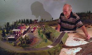 Trivselfaktor 10! Harald älskar att pyssla med sin sin modelljärnväg. Foto: Ingvar Ericsson