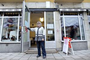 Gunilla Green, en av de två anställda visar butiken på Hyttgatan tolv.