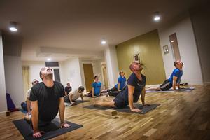På tisdagar är det yoga för män på Stark yoga i Ljusdal. Johan Lundback håller i kursen och hans mål är att få fler män att börja med yoga.