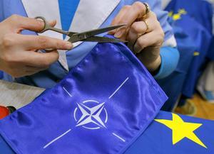 Efter EU-flaggan är det dags att sy upp en Natoflagga.