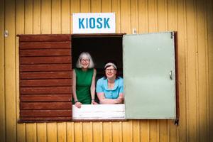 Rut Persson har redan lämnat in några klädesplagg till Sara Swedenmark inför utställningen i sommar. – Crimplene var ett av de första syntetmaterialen som blev folkliga, säger Sara.