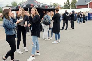 Många ungdomar besökte Härdalsyran under fredagskvällen.