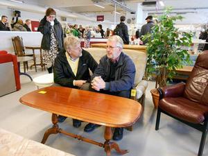FOTO: PER-ERIK EDEBORGTommy Eriksson och John Ondahl var några av besökarna under öppningsdagen. De hann samtala en stund.