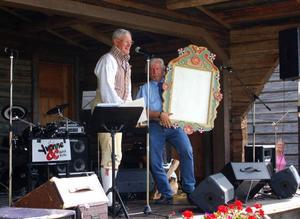 Hans Ersa Eriksson från Svegs hembygdsförening överlämnade en present till Vemdalen hembygdsförening. Johnny Bäck, ordförande, tog emot kyrktavlan, som är en kopia av den som hänger i Vemdalens kyrka.
