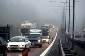 Tät trafik. Skribenten efterlyser ett skydd för dem som cyklar bredvid fordonen på Vallbybron.    Foto: Tony Persson/arkiv