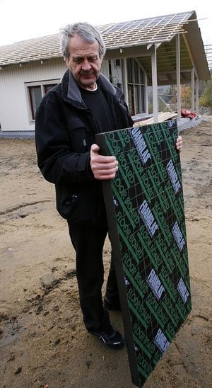 Åke Mård i Njurunda har lösningen så att hus står kvar efter bränder, något som väcker uppmärksamhet och intresse i Kalifornien.