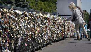 NU ÄVEN I GÄVLE. Den kinesiska traditionen med kärleksbroar har spritt sig över världen. På stängslet till Pont de l'Archeveche i Paris trängs tusentals hänglås som låsts fast av älskande par som vill manifestera sin livslånga kärlek. Gävlebor som önskar göra likadant har chansen nu på lördag när Gävles egen kärleksbro, Strömdalsbron, invigs i samband med Å-Draget.