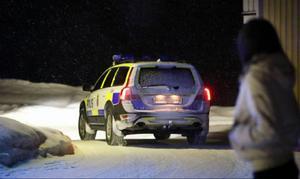 Polisen håller koll på verksamheten i Mörsil. En polisbil körde upp till strippklubben och tittade till läget.