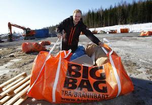 Sebastian Norman, 21 år, har nu öppnat en egen anläggning i Timrås industriområde där man sorterar bygg- och rivningsavfall. De tre anställda ska bli fyra under våren är det tänkt.