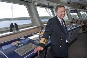 Kapten Neil Broomhall var lättad att vinden hade mojnat så de klarade av att styra in i hamnen, trots att det var smalt.