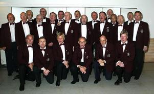 I år är det 60 år sedan Timrå Manskör bildades. Initiativet till bildandet togs av ingenjör Reinhold Åström i Sundsvall och han blev också körens förste dirigent. Under årens lopp har ett tiotal dirigenter hållit i taktpinnen. Av de duktiga dirigenter kören haft kan nämnas bland annat Ivar Nygren, Jan Bunken Wågberg och Åke Lindh. Andre dirigent de senaste åren är Janne Pettersson. Inför stundande jul övas julsånger för full hals. Under ledning av nuvarande dirigenten Larissa Jigarova drillas körmedlemmarna så de två julkonserterna kvällen före julafton, i Timrå kyrka, skall få publiken att känna den rätta julstämningen. Främre raden fr v: Rolf Henriksson Timrå, Conny Andersson Njurunda, Hans Nordin, Timrå, Hans Nordlander Timrå, Gunder Nilsson, Timrå. Bakre raden fr v : Sören Walldin, Åstön, Gunnar Wallén, Timrå, Tommy Andersson, ordf, Timrå, Jarl Danielsson, Timrå, Jan Kull, Söråker, Bernt Nordin, Ljustorp, Leif Andersson, Sundsbruk, Göran Söderlund, Timrå, Örjan Nygren, Timrå, Lars Eriksson, Sundsvall, Lennart Berglund, Timrå, Anders Nordvall, Djupröra, Sven-Erik Gruffman, Sörberge, Ivar Lögdqvist, Timrå, Kjell Pettersson, Söråker, Bertil Öhlund, Timrå och Alvar Sandström. Sörberge