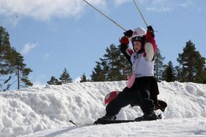 Elin Olsson, 7 år, från Sollentuna, sträcker stavarna mot skyn. Segergest eller för att hålla balansen?