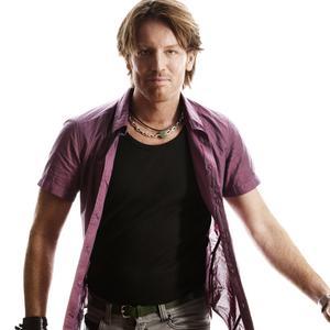 Populära allsångsledaren Fredrik Swahn är tillbaka hos Trebo.