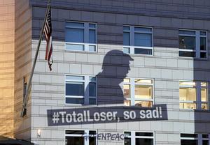 Detta budskap projicerades på USA:s ambassad i Berlin under fredagen.
