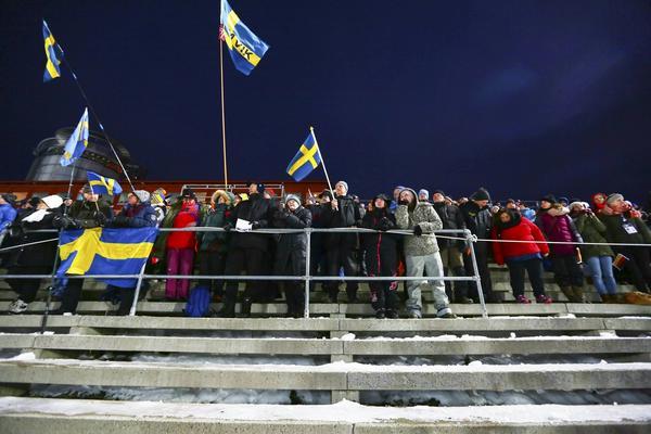 Publik utanför VIP-området på läktaren på Östersunds skidstadion.