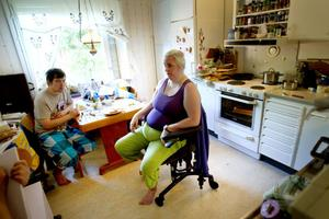 Kritisk. Anna Karin Olsson tycker att Hoforshus har varit dåliga både på att informera i tid och att gå ut med information om själva smittan. Här tillsammans med sonen Mats som är orolig för att ha blivit smittad.