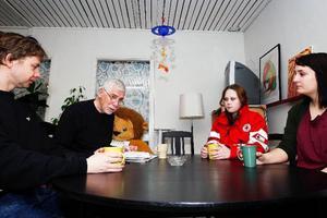 Lennart Nilsson, Kupanföreståndare i Östersund, sorterar inkommande kläder.Peder Molin, Gunnar Ståhl, Ulrika Andersson och Nadia Hafezi är alla frivilliga inom Röda Korset. Peder Molin och Ulrika Andersson inom Förstahjälpengruppen, Gunnar Ståhl som föreningsrevisor i RK Sverige och tidigare ordförande i föreningen och Nadia Hafezi som ordförande i Röda Korsets ungdomsförbund, RKUF.