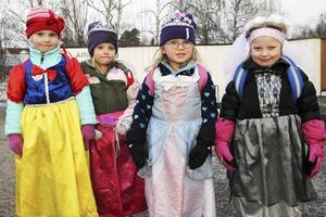 Här är det fler barn från Furans förskola. Bland andra syns Snövit och fin drottning på bilden.
