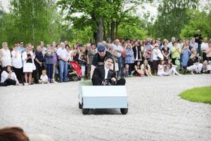 Rune Woxberg kom körandes i en liten elbil med Mårten Woxberg bak på. Rune körde för övrigt sin syster Linnéa till balen med samma bil för fem år sedan och som pappa har byggt.