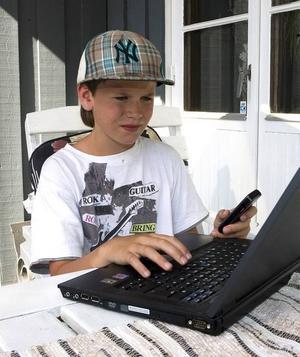 """DYRA RINGSIGNALER. Tioåriga Adam Gustavsson laddade ned nya ringsignaler för över 1 000 kronor till sin mobiltelefon. """"Jag tycker det är fel att det ska vara så lätt för en tioåring att kunna göra det"""", säger pappa Dan Gustavsson."""