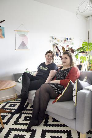Soffan är en av få möbler paret har köpt ny. Annars är i stort sett allt köpt på loppis.