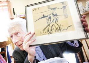"""Dagens present från forne eleven Lars Bolin, en teckning av Östersundskonstnären Rune Sigvard som stod för Ekerwalds första konstupplevelse: """"Det är sällan man ser liemannen gå rakt mot åskådaren."""""""