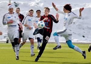 Tätt och i vanlig ordning prestigeladdat när ÖDFF möter Frösön. I lördagsderbyt kändes dock ÖDFF något tyngre, åtminstone i det offensiva spelet.Foto: Johan Axelsson
