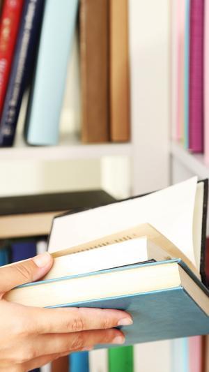 Rensa ett område åt gången. Vik en dag åt att sortera bland böckerna.