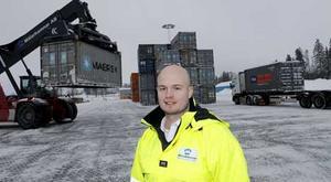 Omlastning pågår. Terminalchefen Thomas Zetterblom och hans kollegor ser till att det alltid finns en plats där gods kan lastas om mellan tåg och lastbilar. Västerås är en viktig knutpunkt för transporterna till och från Stockholm. Foto: Per G Norén