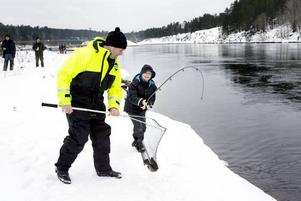 DUBBEL LYCKA. Nioåriga William von Pandy från Stockholm drog upp två öringar – de första i sitt liv. Här får han hjälp av Anders Engholm att dra upp fisken.