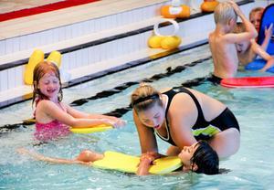 För 6-åriga Isabelle Andersson var det samma fröken men nya ungar, när hon fortsatte från simlekis till första simskolekursen.