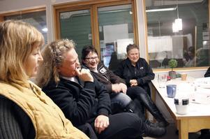 Skratten duggar tätt i ridhusets fikarum när Berit Torslund, Sandra Diekmann, Carina Jäderberg, Birgitta Wåhlstrand och de andra i torsdagsgruppen träffas.