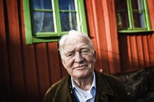 Hasse Alfredson utanför skrivstugan på Söder i Stockholm.