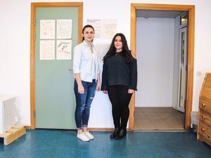Eleverna Mahaba Alsanatee och Christine Majid trivs på den nyöppnade folkhögskolan. I framtiden vill de plugga till socionom och ekonom på något universitet.