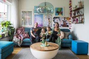 Vardagsrummet är familjens favoritrum.  Från vänster Johan Isolehto,  döttrarna Amelie och Alma och Emelie Isolehto Beijer.
