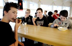 Joel Gustafsson, Hugo Borgljung, Elliot Hedgårds och Calle Johansson som går i sjuan, äter frukost tillsammans med god aptit.