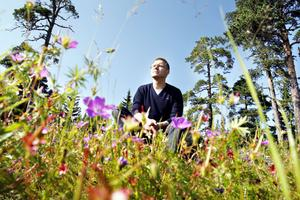SAMMANHANG. Ekologen Mikael Ekman i sitt rätta element; stadens natur.
