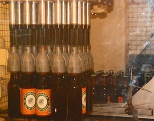 Här fylls storsäljaren Indian Tribute på flaska i tappmaskinen.
