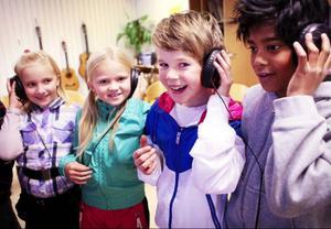 Det är klass 3, grupp gul och blå i Lugnviksskolan som spelat in skivan. Vid dagens inspelningstillfälle var det grupp gul som spelade in och grupp blå hade gjort det tidigare.