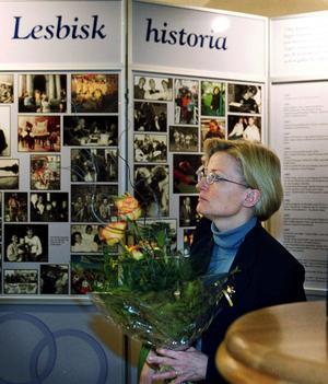 Plats för politik. Dåvarande utrikeminister Anna Lindh (s) på RFSL-möte i Stadshotellet i mars år 2000.