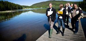 Miljödomstolen på syn vid Sorttjärn med chefsrådman Jim Emilsson, praktikant Carolin Fritz och beredningsjurist Paulina Rautio i täten. Kurt Söderberg, till höger, företräder familjen Olsson Wänn.
