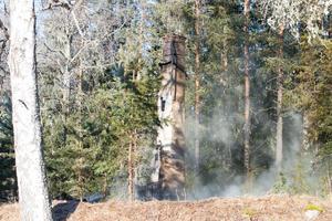 Efter branden är det bara skorstenen kvar av huset.