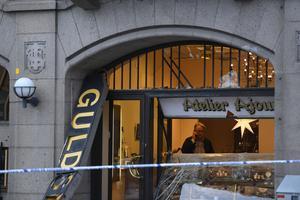 STOCKHOLM 20170112 Rånare backade in med en lastbil i en guldbutik i centrala Stockholm vid lunchtid, uppger polisen.Det finns också uppgifter om att rånarna ska ha varit beväpnade. Det är oklart om gärningsmännen fick med sig något byte. Foto Pontus Lundahl / TT kod 10050
