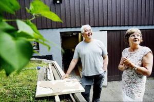 """Sune Gärdlund och Agneta Söderberg, Östersund, håller på att rita av och såga ur en figur i trä som ska pynta trädgården. Ännu så länge har arbetet varit fritt från skador. """" Jag håller på med allt möjligt gör det själv-arbete och nog händer det att man gör sig illa, men jag har klarat mig ganska bra. Värre var det när jag skulle bära in båtmotorn, då halkade jag på en rot och hela armen for ur led och musklerna slets av"""". Den båtmotorn har kostat den"""", säger Sune Gärdlund.Agneta är förvånad när hon får veta att så många skadar sig när de promenerar och arbetar i trädgården.""""Jag har klarat mig bra som tur är"""", säger Agneta Söderberg.Foto: Henrik Flygare"""