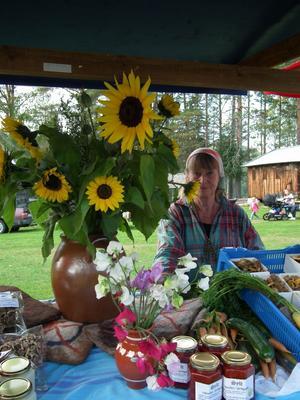 Färg och matglädje. Tara Brita Isaksson lockade med blommor, sylt, saft, svamp på höstmarknaden i Ramsele.