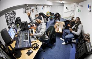I källaren, under butiken Hiphop house, finns en studio där folk kan spela in sina låtar. Ofta är det fullt med ungdomar som väntar på sin tur, hjälper varandra och umgås. Vid mixerbordet syns Juma N´dayi Saba.