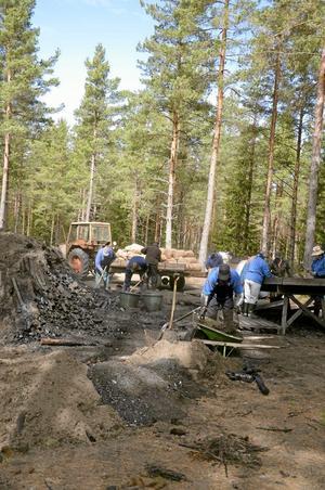 Rivning. 17 personer började i går att riva kolmilan i Dammtorp, i Tiveden. Arbetet fortsätter i dag lördag. Foto: Tove Svensson